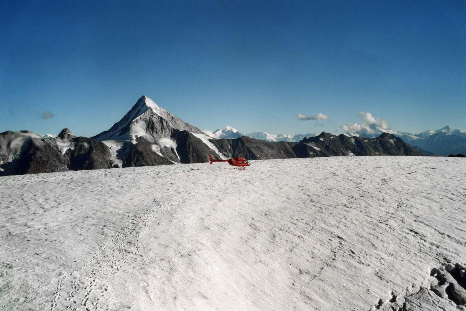 Helikopter am Petersgrat, schweizer Alpen